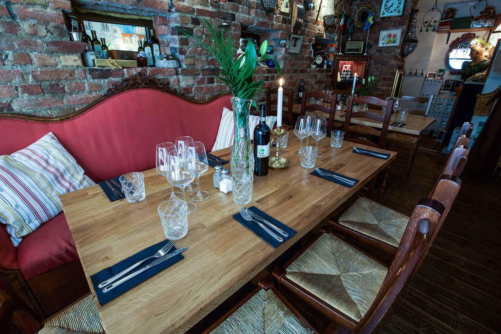 Bord med rött vin och ljusstake på restaurang i Göteborg