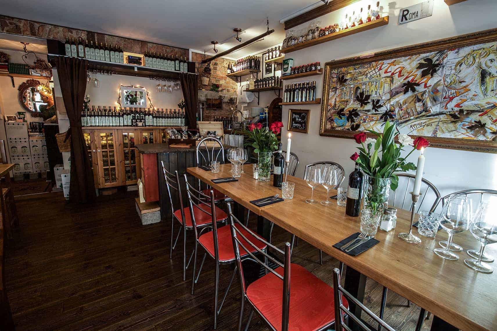Bord med rött vin och ljusstakar på italiensk restaurang i Göteborg